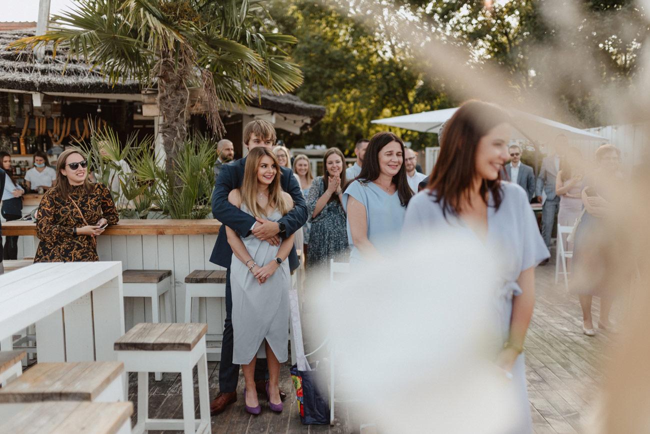 Minimalistyczny ślub na plaży | White Marlin A+K 41 233 alebosco ceremonia na plazy ak white marlin