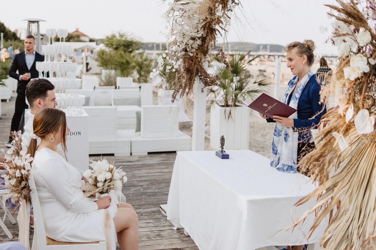 Minimalistyczny ślub na plaży | White Marlin A+K 42 235 alebosco ceremonia na plazy ak white marlin