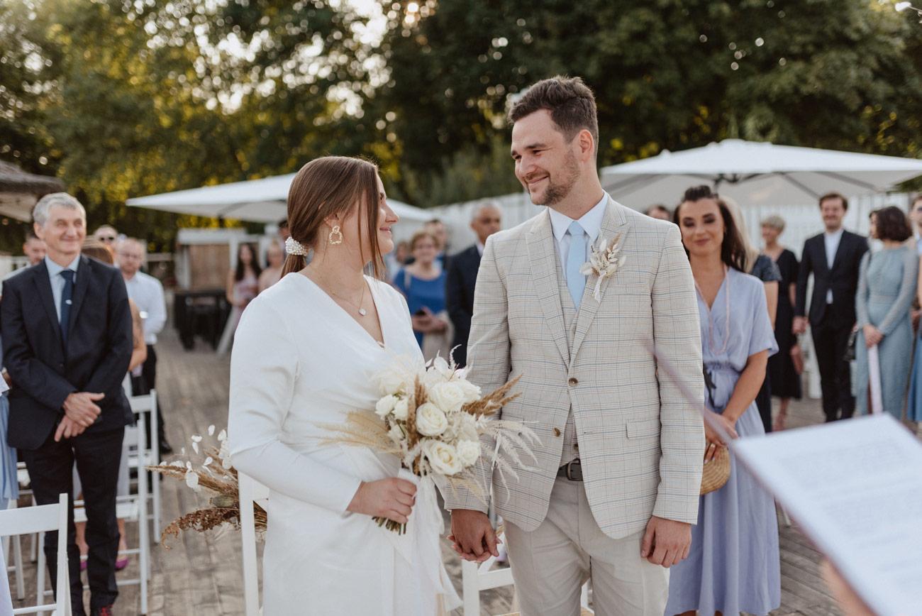 Minimalistyczny ślub na plaży | White Marlin A+K 46 241 alebosco ceremonia na plazy ak white marlin