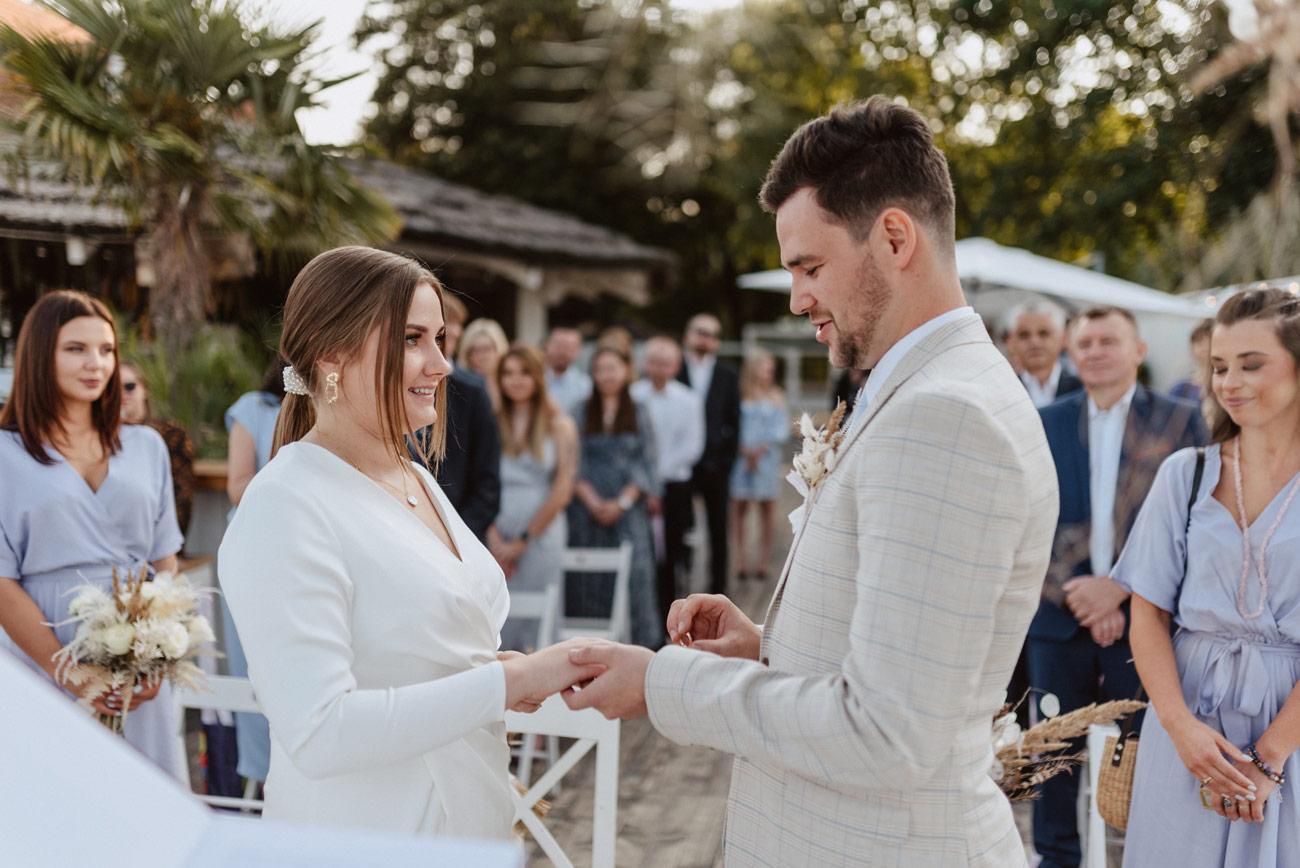 Minimalistyczny ślub na plaży | White Marlin A+K 49 244 alebosco ceremonia na plazy ak white marlin