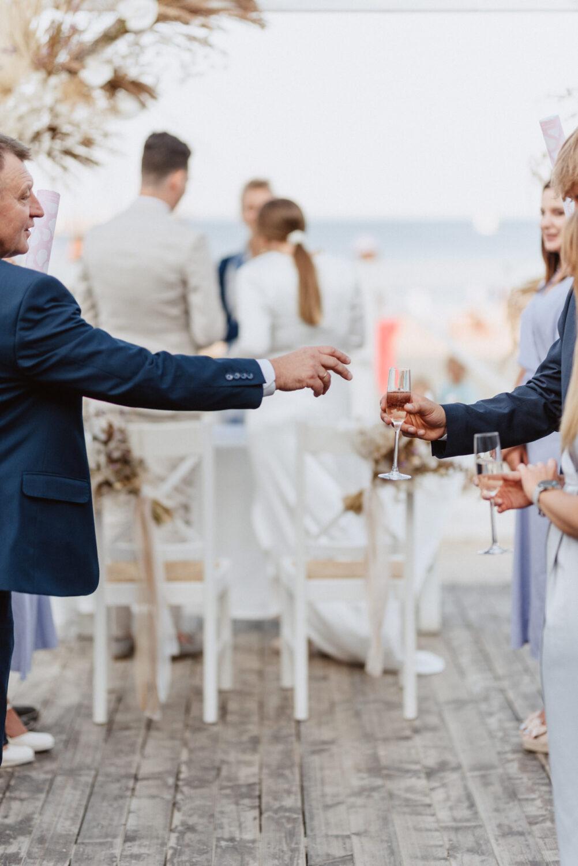 Minimalistyczny ślub na plaży | White Marlin A+K 54 251 alebosco ceremonia na plazy ak white marlin