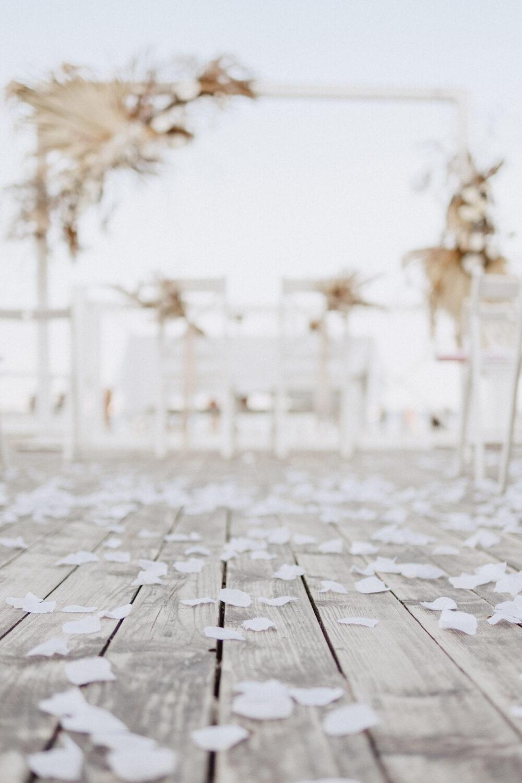 Minimalistyczny ślub na plaży | White Marlin A+K 58 255 alebosco ceremonia na plazy ak white marlin
