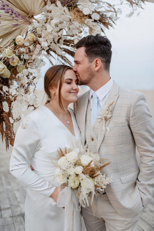 Minimalistyczny ślub na plaży | White Marlin A+K 77 274 alebosco ceremonia na plazy ak white marlin