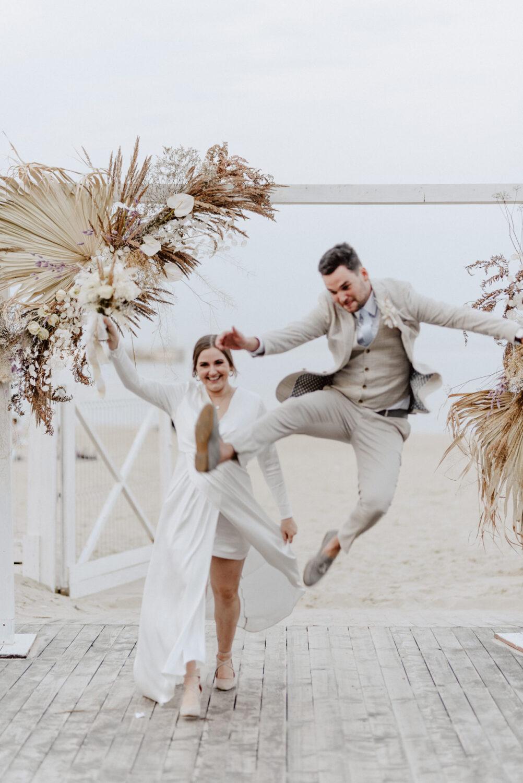 Minimalistyczny ślub na plaży | White Marlin A+K 80 277 alebosco ceremonia na plazy ak white marlin