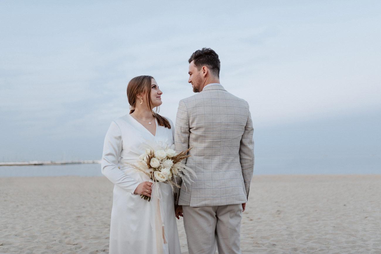Minimalistyczny ślub na plaży | White Marlin A+K 83 281 alebosco ceremonia na plazy ak white marlin